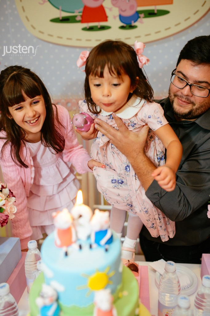 criança assoprando velinha no aniversario da sofia