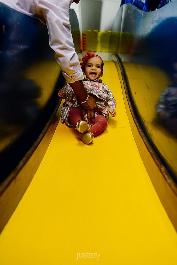 criança se divertindo no escorregador