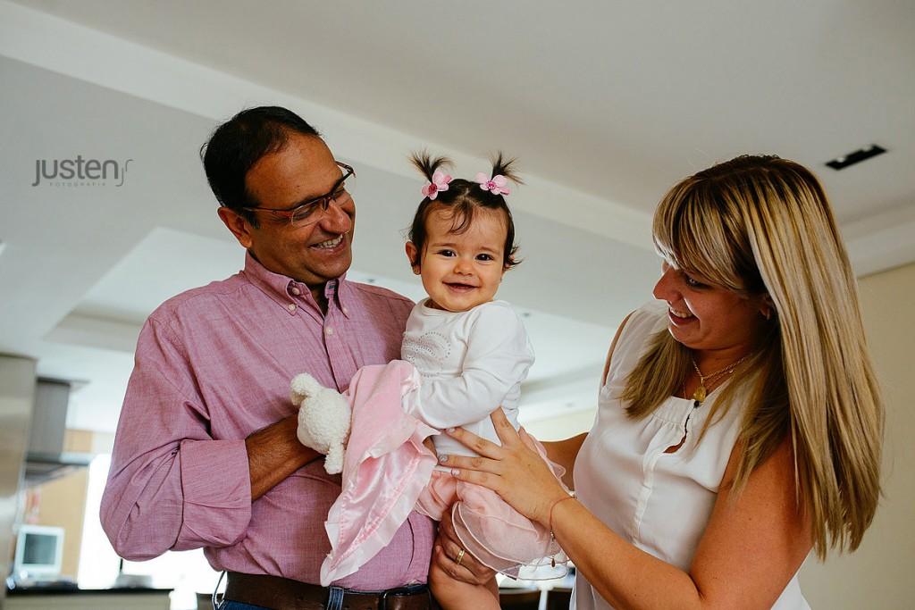 fotografia de Família life style em casa book casal e bebe
