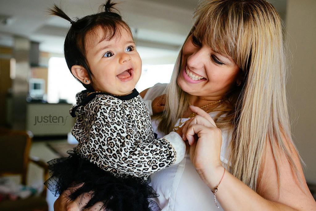mãe e filha bebe feliz na janela fotografia de Família em curitiba