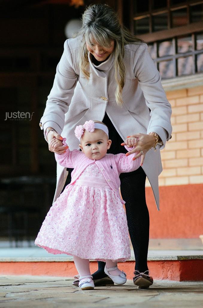 Lorena arricando a dar uns passinhos com sua mãe Mari Chelles