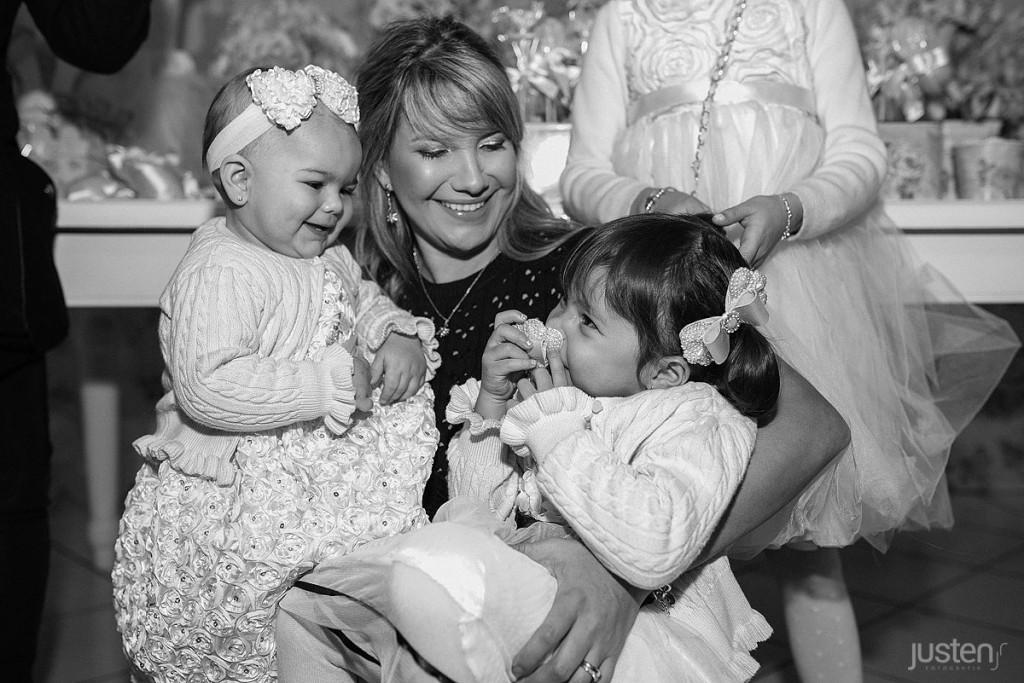 Mari chelles e suas filhas Lorena e Sophia no colo crianças dando risada felizes no buffet allegro em santa felicidade curitiba