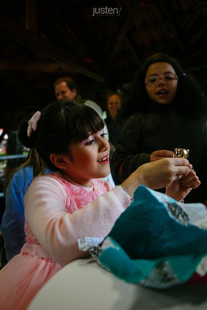 Giulia Chelles recebendo presente de aniversario de 9 anos