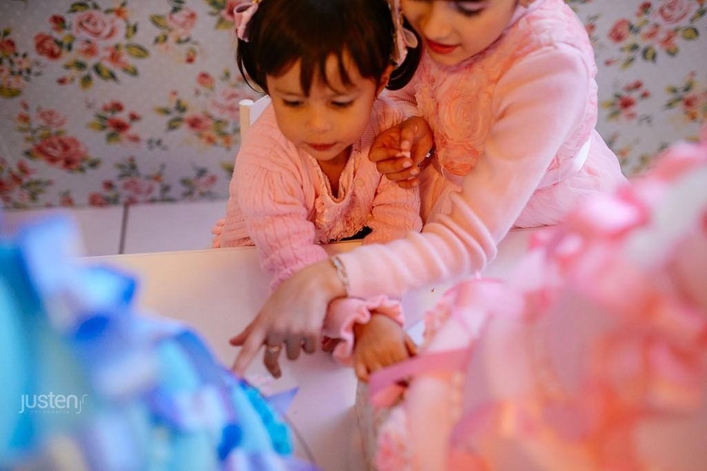 Giulia e Sophia Chelles vendo o bolo de aniversario da Lorena feito por Mariana Sperb decoração de festa infantil