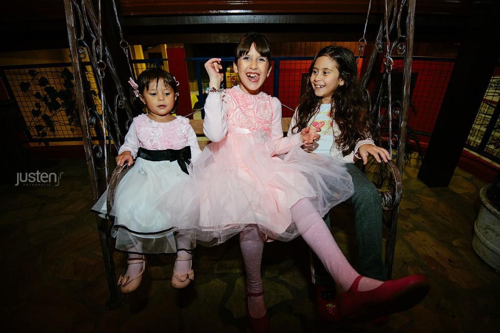 Crianças brincando em um balanço no aniversario da Giulia Chelles