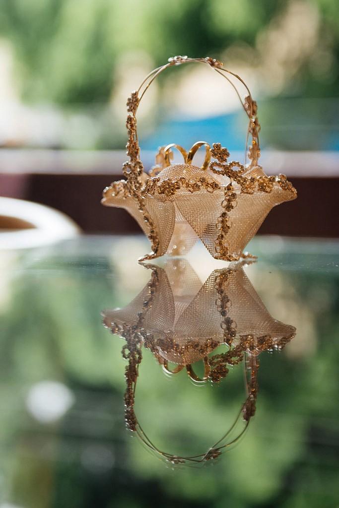 Aliança em uma cestinha espelhado no making of do noivo, Justen Jr. Fotografia