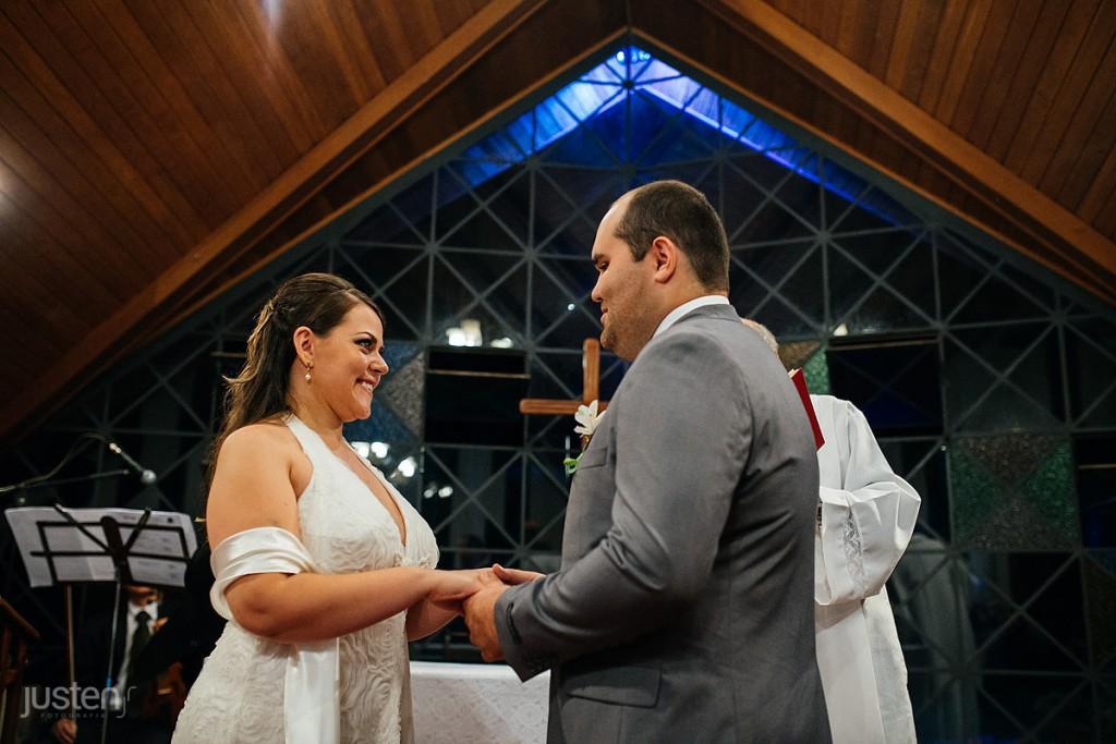 Fotografia de noivos, Curitiba, igreja, noivo, capelinha nossa senhora da salete, noivos de maos dadas
