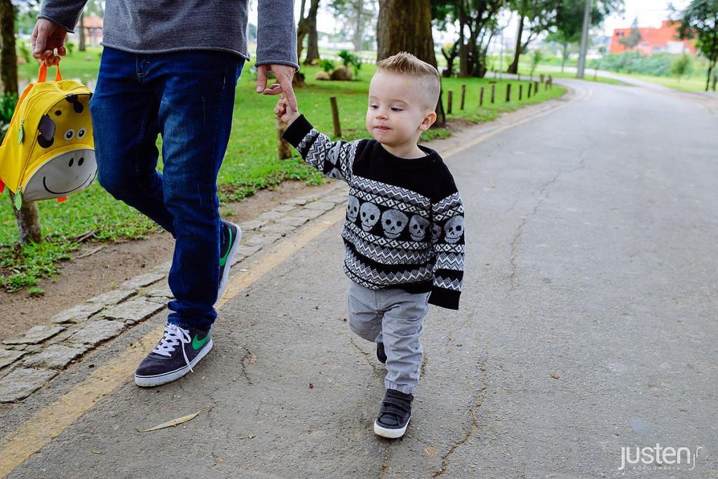 Cauã caminhando com seu pai luiz andre no album de familia