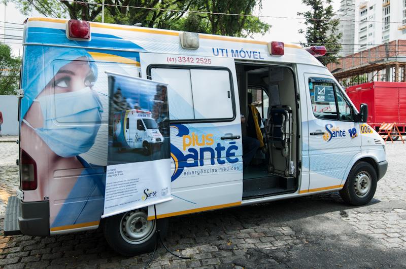 Ambulância estacionada em evento corporativo que aconteceu na praça da espanha chamado Batel Soho