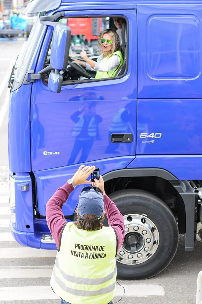 Profissional de Marketing da volvo da Argentina fazendo um test drive em um caminhão que ela irá começar a oferecer em seus planos.