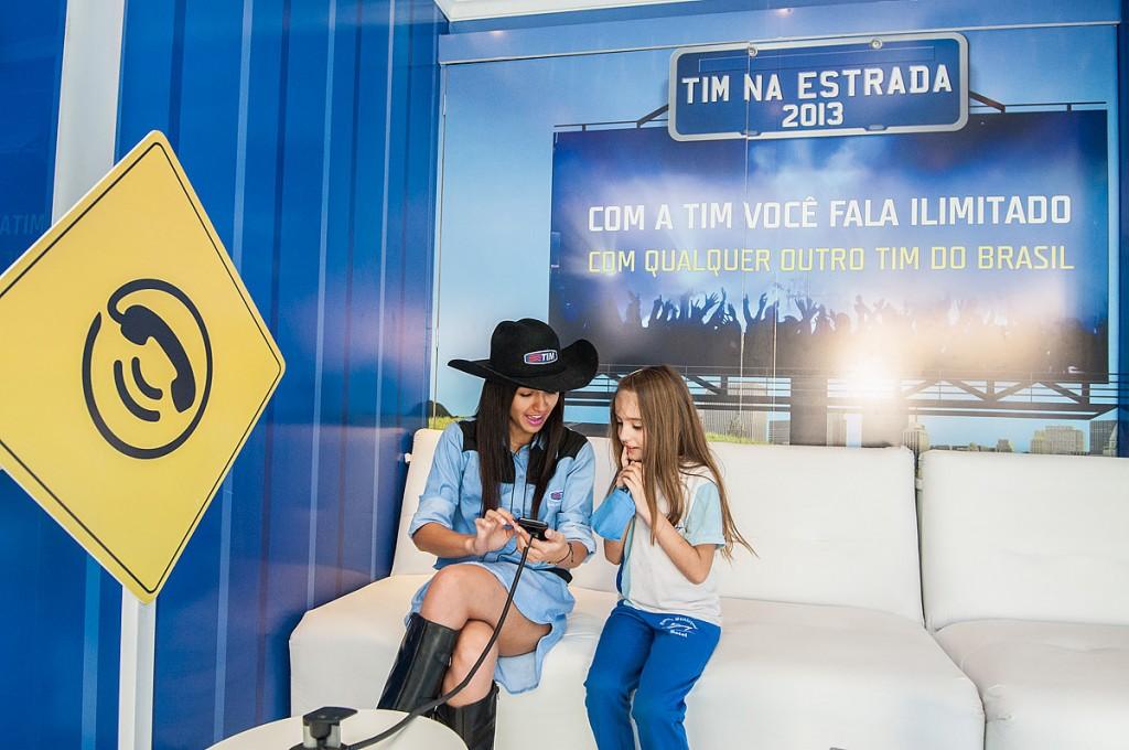 Promotora atendendo uma garotinha em Evento TIM NA ESTRADA.