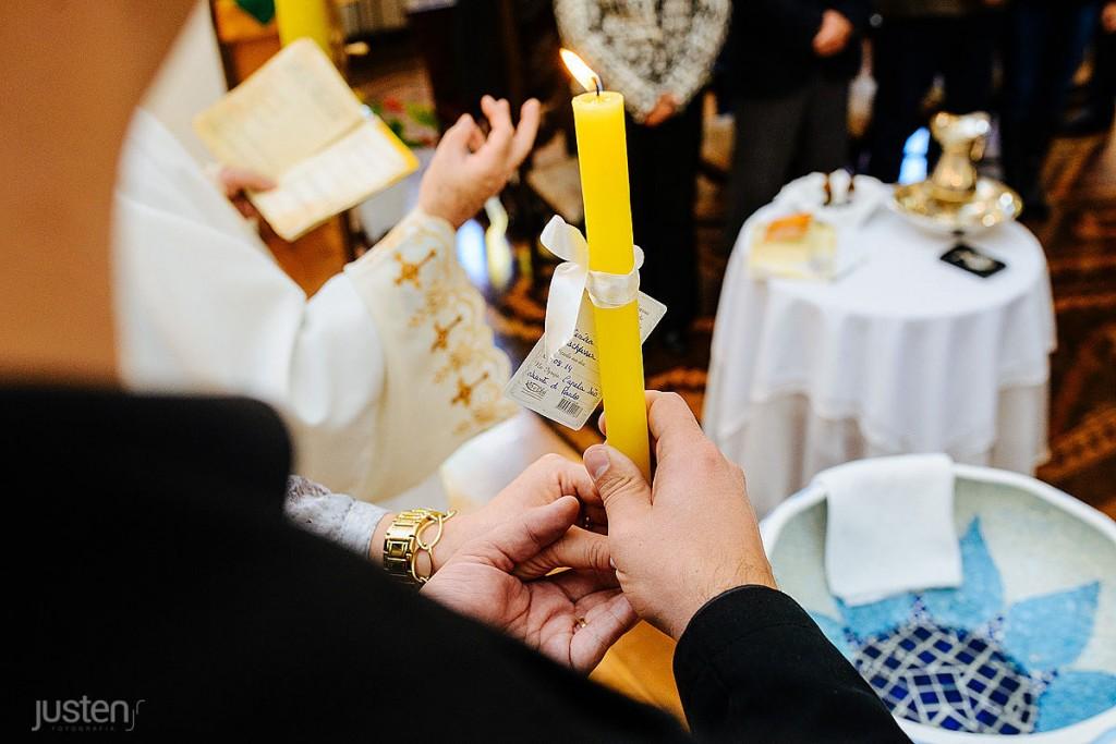 Padrinhos segurando vela no batizado da Cecilia Boaron