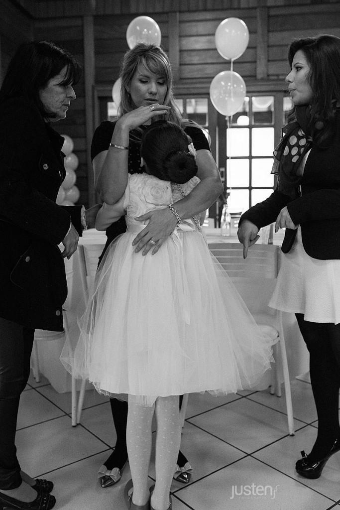 Mãe Mari Chelles abraçando sua filha Giulia Chelles em seu aniversário de 9 anos