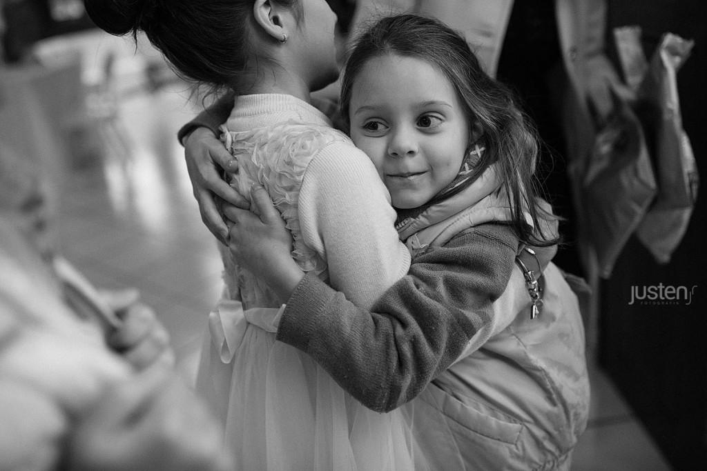 Filha de Mariana Sperb abraçando sua prima Giulia Chelles em seu aniversário no Allegro Buffet
